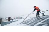 В связи с перепадами температуры воздуха МинЖКХ региона потребовало организовать регулярную очистку крыш от снега