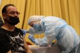 Мобильный пункт вакцинации против COVID развернулся в Новосибирском областном театре кукол