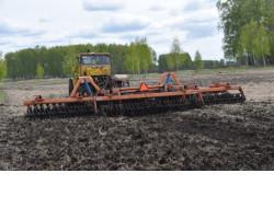 В Новосибирской области стартовали весенние полевые работы: первые трактора вышли в поле